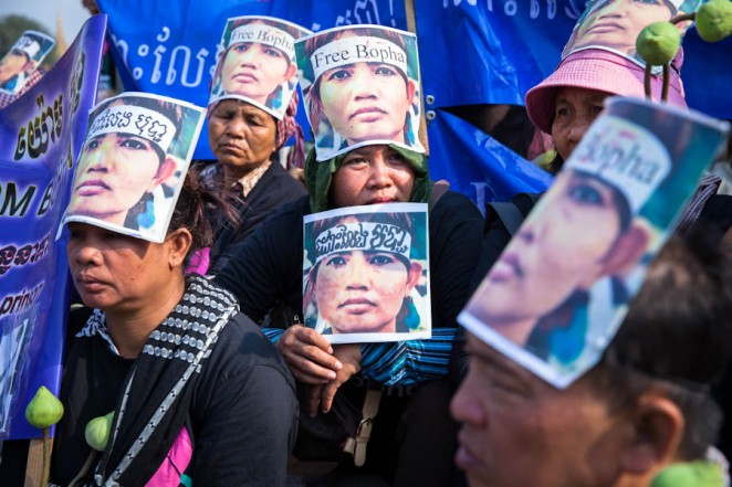 Demonstrators at a peaceful demonstration in support of Yorm Bopha outside the Supreme Court in Phnom Penh. ©Erika Pineros