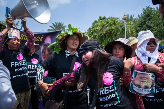 Supporters protest the court's decision to deny bail to land rights activist Yorm Bopha. ©Erika Pineros