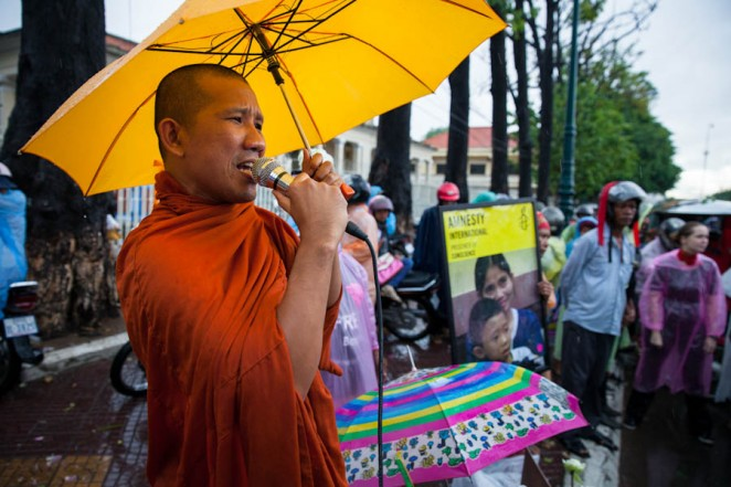 A monk supports Bopha's demonstrators during a protest in front of the Appeal Court. ©Erika Pineros