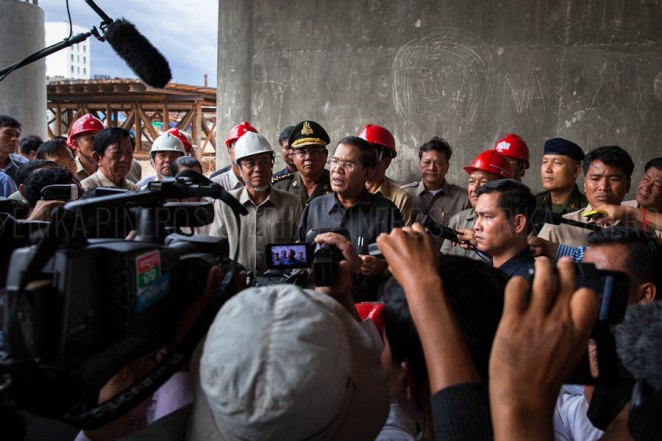 Prime Minister Hun Sen addresses the media during his visit to Stung Meanchey's bridge on his first appearance after elections. Phnom Penh. Jul. 31, 2013 ©Erika Pineros