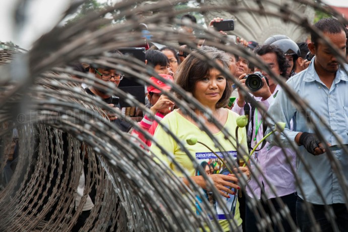 CNRP opposition party Member of Parliament Mu Sochua is escorted by the media and human rights observers during her seventh attempt to reach Freedom Park. Apr. 30, 2014 ©Erika Pineros